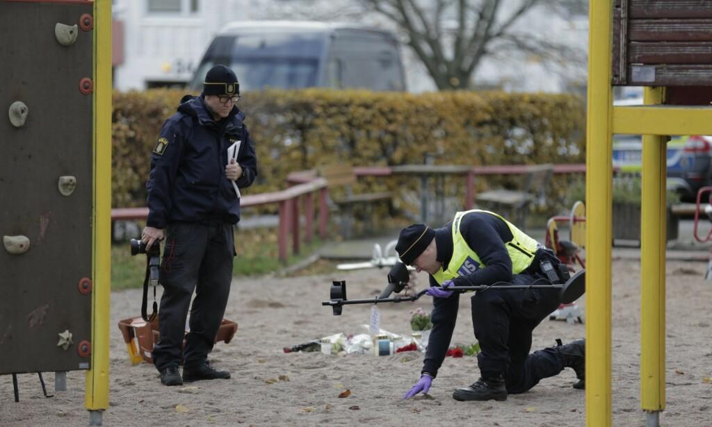 BRØDRE DREPT: Svenske kriminalteknikere på åstedet i Frölunda i Göteborg, der to brødre på 16 og 20 år ble skutt og drept 31. oktober i år. Sverige er inne i en drapsbølge, med blant annet mange gjengdrap. Foto: Anders Deros / Aftonbladet / IBL Bildbyrå
