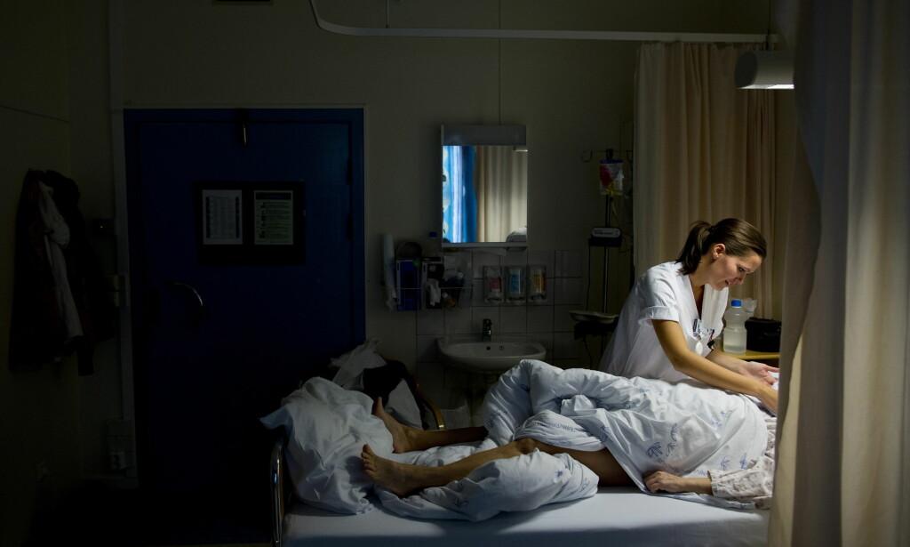 KRITISK TIL PENSUM: Pensum for sykepleiere består gjennomgående av en rundlogikk med en merkelig oppstyltet kansellistil, som preger store deler av sykepleieterminologien: «En intervensjon består av et navn, en definisjon og et sett med aktiviteter som indikerer hvilke tiltak og vurderinger som inngår i utførelsen av intervensjonen.» Her, en sykepleier i praktisk arbeid, på jobb ved Oslo Universitetssykehus, Radiumhospitalet i Oslo. Foto: Tore Meek / NTB scanpix