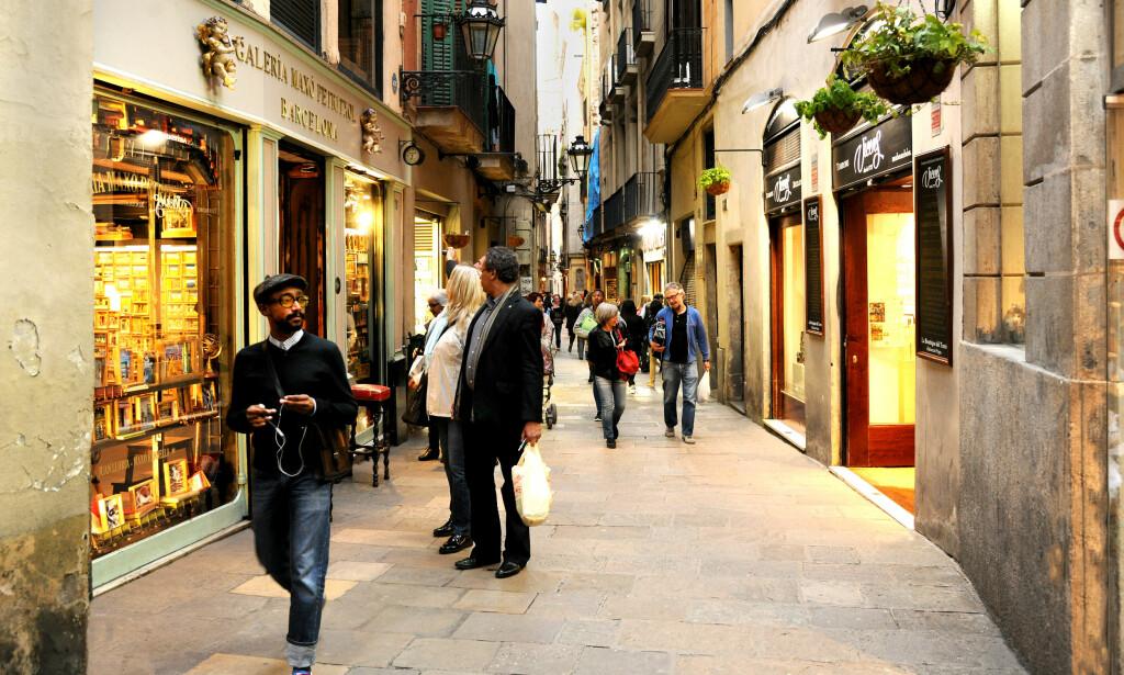 TRANGE GATER: Barcelona har mange fine områder for shopping. I gata Carrer de Petritxol i gamlebyen finner du blant annet spennende smykkedesignere og designbutikken Custo Barcelona. Foto: Turismo Barcelona.