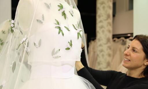 EKSKLUSIVT: Andrea Oses Rota designer klær, blant annet eksklusive brudekjoler, i familiebedriften Tot-Hom i Barcelona. Foto: Heidi Røsok-Dahl