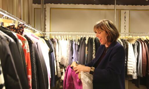 LANVIK: Monica Converse fra USA hyler av fryd når hun finner en knallrosa Lanvin-kjole hos Cotton Vintage. Foto: Heidi Røsok-Dahl