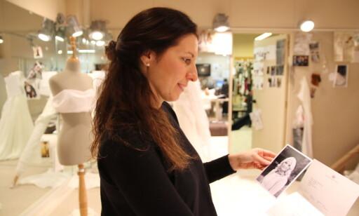 STOR FAN: Andrea Oses Rota er tredje generasjon i Haute Couture-bedriften Tot-Hom i Barcelona. Hun er gift med en nordmann, og elsker den norske kongefamilien. I 2013 sydde Tot-Hom en kjole til Mette-Marit i gave. En hyggelig takk kom i retur. Foto: Heidi Røsok-Dahl