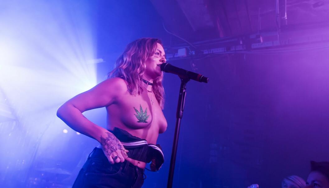 <strong>PÅ SCENEN:</strong> Tove Lo har flere ganger bydd på kontroversielle og oppsiktsvekkende opptredener. Her står hun på scenen under en konsert i London. Foto: Wenn