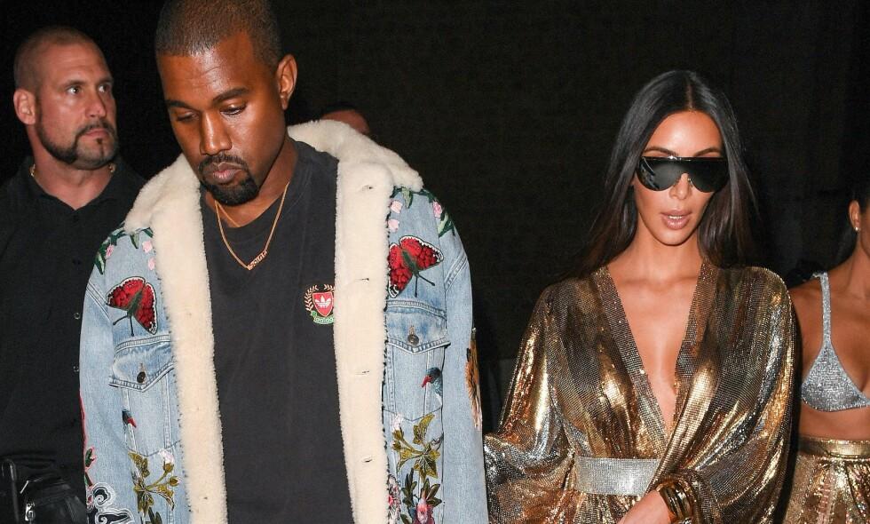 FORTSATT SAMMEN: Skilsmisseryktene har svirret rundt Kanye West og Kim Kardashian etter at han ble skrevet ut fra psykiatrisk avdeling. Nå slår Kardashian-leiren tilbake mot ryktene. Her er stjerneparet fotpgrafert sammen under moteuka i Paris tidligere i høst, kort tid før Kim ble utsatt for et brutalt ran. Foto: NTB Scanpix
