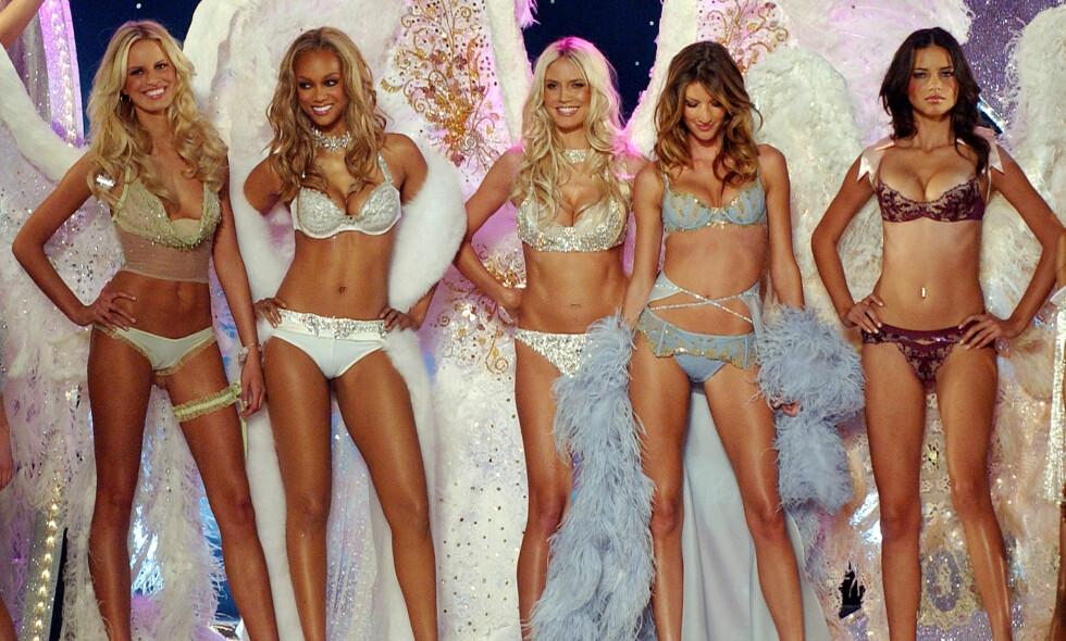 ENGLER: Karolina Kurkova, Tyra Banks, Heidi Klum, Gisele Bündchen og Adriana Lima på catwalken med englevinger i 2003. Foto: AP
