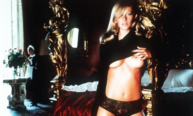 FOR 15 ÅR SIDEN: Den brasilianske supermodellen Gisele Bündchen avbildet i 2001-utgaven av Pirelli-kalenderen. Den gang var det Mario Testino som stod bak kamera. Foto: Mario Testino / EPA / NTB Scanpix