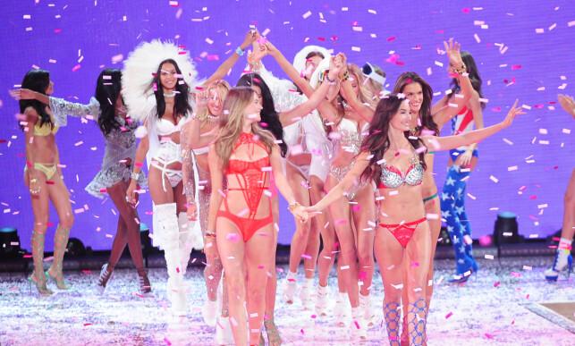 GLITRENDE SHOW: Victoria's Secrets engler vinker til publikum etter showet i 2015. Foto: Splash News