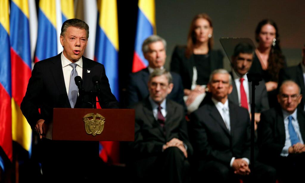 ENDELIG I BOKS: Colombias president Juan Manuel Santos holdt tale etter å ha signert en fredsavtale med FARC-leder Rodrigo Londoño tidligere denne måneden. Foto: Jaime Saldarriaga / Reuters / NTB scanpix