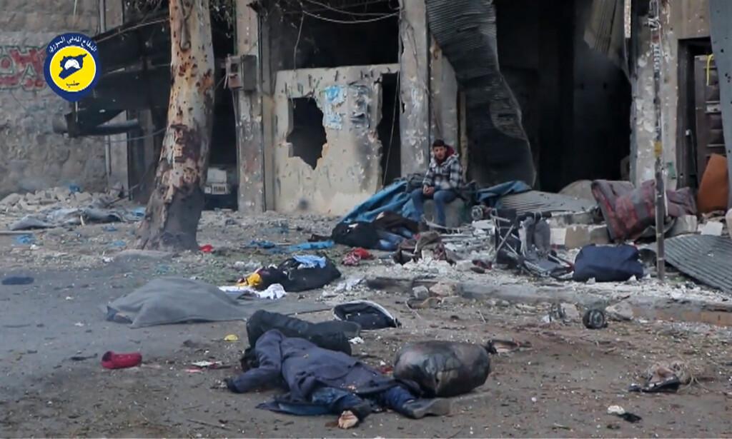 MER DØD: I går flyktet enda flere sivile syrere fra Øst-Aleppo, som har vært beleiret siden juli. Men minst 26 mennesker, inkludert sju barn, kom aldri ut av bydelen sin i live. De ble drept under flukten, etter å ha blitt skutt på av syriske regjeringsstyrker. Bildet er fra en video som De hvite hjelmene har laget. Foto: Afp / Scanpix
