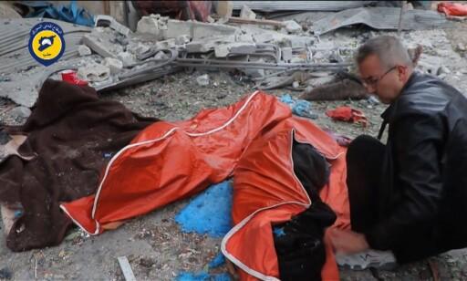 DREPT PÅ FLUKT: Minst 26 mennesker ble drept da de forsøkte å flykte fra Øst-Aleppo i går tidlig. Nå frykter både FN og Frankrike enda verre massakrer. Foto: Afp / Syrian Civil Defence / Scanpix