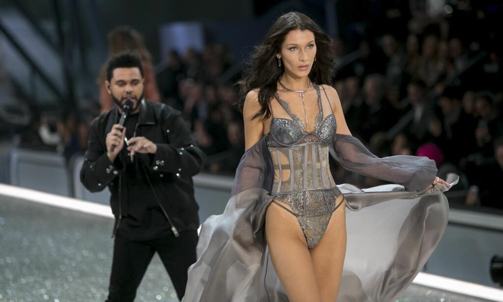 LANGE BLIKK: The Weeknds opptreden under Victoria's Secret-showet har fått mye oppmerksomhet i sosiale medier. Her går nemlig ekskjæresten Bella Hadid ned catwalken. Foto: NTB Scanpix