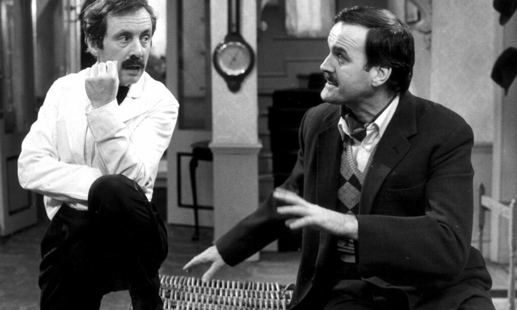 BORTE: BBC har fjernet en episode av den klassiske komiserien Hotell i særklasse. Her representert ved Andrew Sachs som Manuel og John Cleese som Basil Fawlty. Foto: Foto: SCANPIX