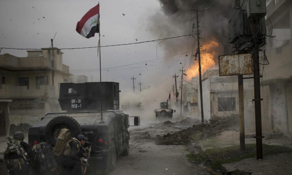 Bilbombe: Her eksploderer en bilbombe i det irakiske spesialstyrker prøver å komme seg inn i IS sitt territorium i Mosul. Bildet ble tatt så sent som den 16. november. Foto: Feilpe Dana / AP / NTB Scanpix