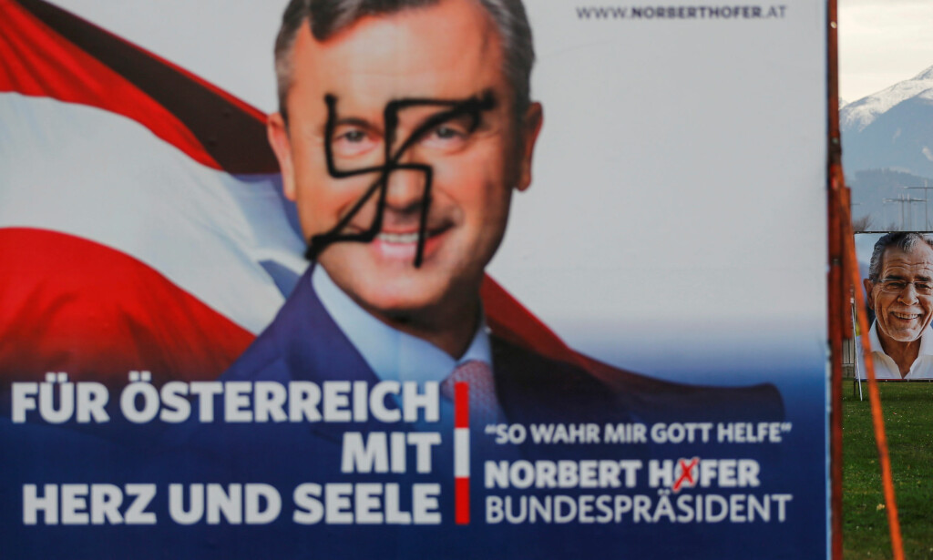 MEN HJERTE OG SJEL: Frihetspartiets Norbert Hofer, pyntet for anledningen med hakekors. Foto: REUTERS/Dominic Ebenbichler/NTB/Scanpix