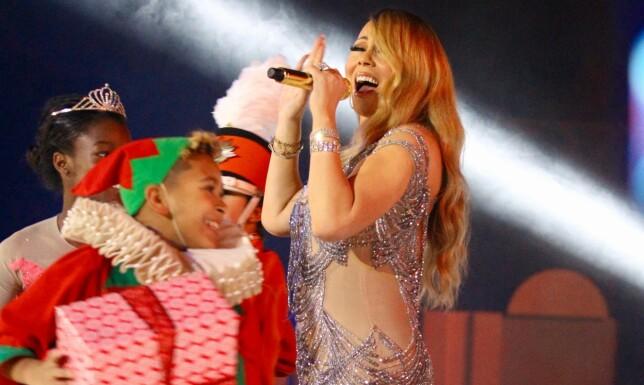 SKAPER JULESTEMNING: Mariah Carey skaper hver jul stemning med sin sang «All I Want For Christmas Is You», men nå kastes kritikken mot henne. Foto: Splash