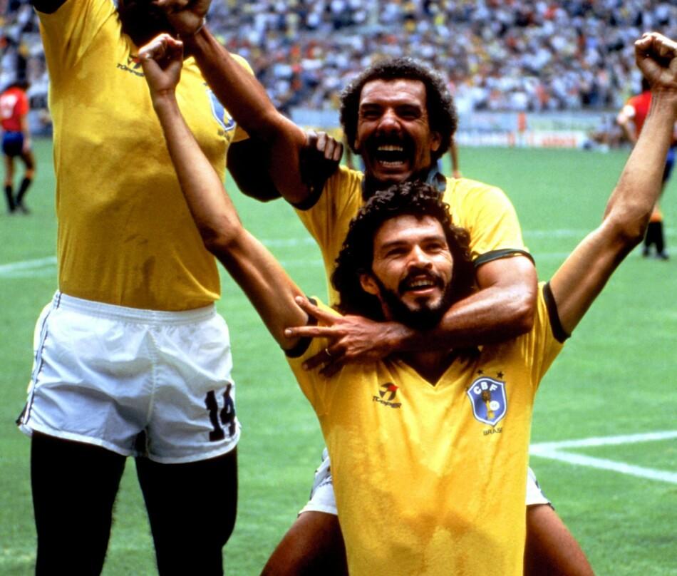 EN HELT: Zocrates hylles av lagkamerater etter scoringen mot Spania i 1986. Brasil vant 1-0. Foto: NTB Scanpix