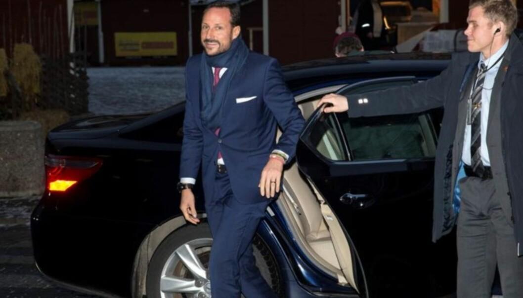 <strong>I GODT HUMØR:</strong> Kronprins Haakon var forsinket til seminaråpningen, men smilte til pressen da han ankom. Foto: Andreas Fadum / Se og Hør