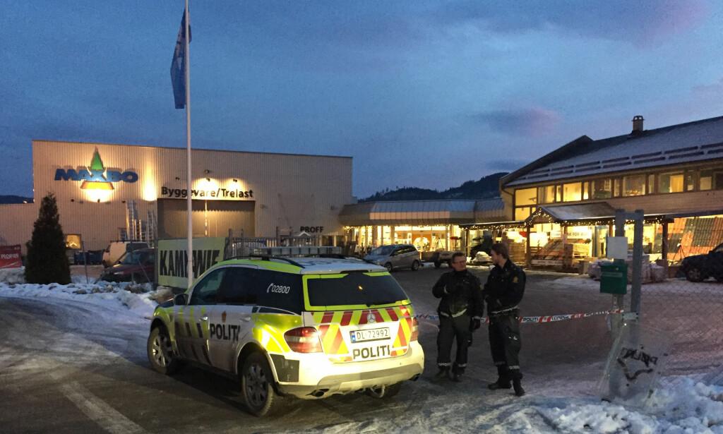 RYSTENDE: En person ble drept i en voldsepisode ved varehuset Maxbo i Notodden lørdag ettermiddag, i følge politiet.  Foto: Kjell Aulie / NTB scanpix