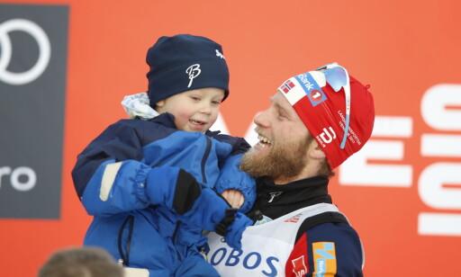 FEIRET MED SØNNEN: Martin Johnsrud Sundby feiret seieren sammen med sønnen Markus Foto: Terje Pedersen / NTB scanpix