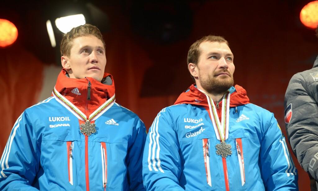 FRUSTRERT: Nikita Kriukov, her sammen med Alexey Petukhov etter VM-sølvet på lagsprinten i Falun, forteller om russisk frustrasjon mot de nye stakereglene. Foto: Fredrik Sandberg / TT kod 10080