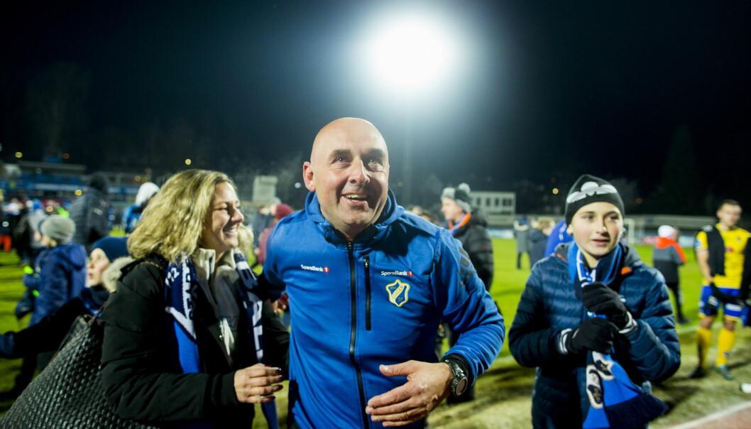 FEIRET MED FANSEN: Stabæk-trener Toni Ordinas jublet med fansen etter seieren som sikret plassen på øverste nivå. Foto: Vegard Wivestad Grøtt / NTB scanpix