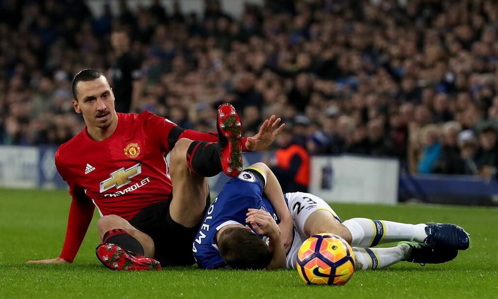BLE LIGGENDE: Foten til Zlatan Ibrahimovic landet i hodet til Seamus Coleman. Svensken sier Everton-backen hadde merket det hvis han mente å sparke. Foto: NTB Scanpix