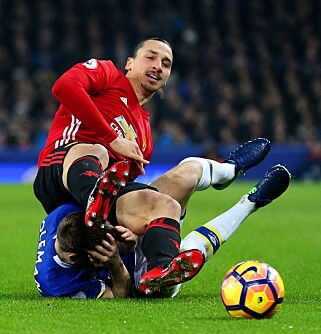 FALLER: Zlatan landet over Coleman etter en duell. Foto: NTB Scanpix