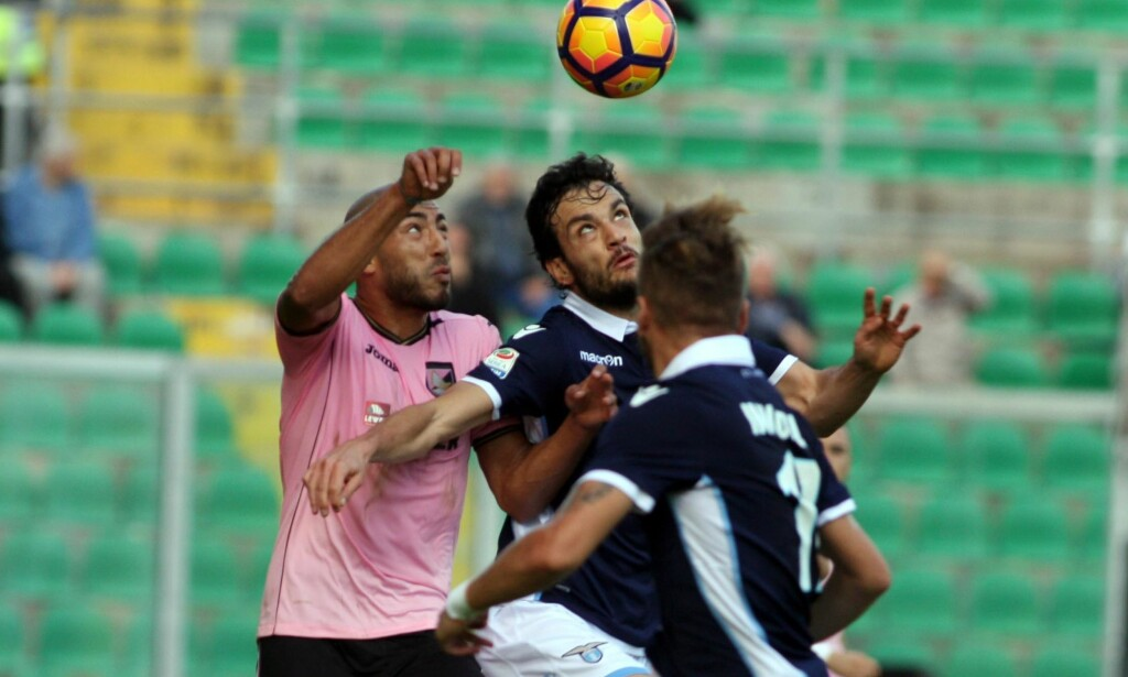 AVBLÅST FOR HANDS: Haitam Aleesami (t.v.) ble avblåst for hands innenfor egen 16-meter, og ga Fiorentina straffe. Det endte til slutt med tap for nordmannens lag. Foto: Corrado Lanino/ANSA via AP
