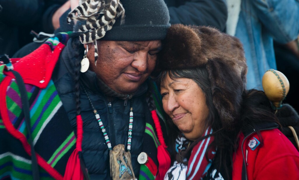 PROTESTER: Mange har protestert mot den omstridte oljerørledningen Dakota Access. Nå får de uventet støtte fra Forsvaret i USA. Foto: AFP PHOTO / JIM WATSON