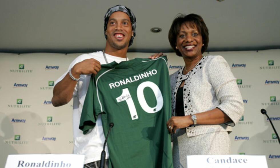 SIGNERING: I 2008 signerte Ronaldinho en avtale med vitaminprodusenten Nutrilite. Enkelte sprer nå falske rykter om at bildet er bevis på at han har signert for Chapecoense.