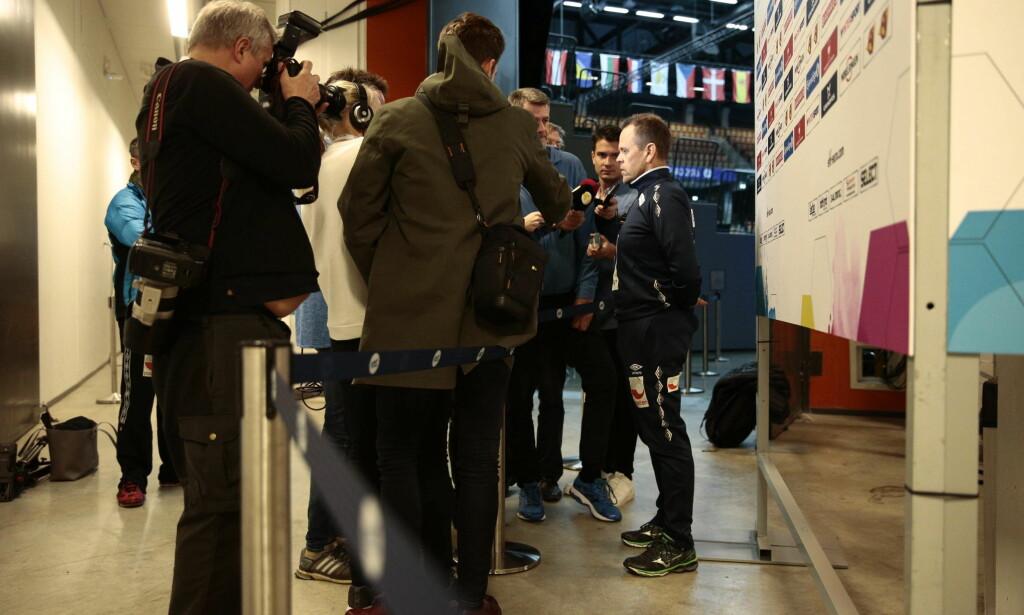 MØTTE PRESSEN: Thorir Hergeirsson møtte norsk presse før kampen i kveld. Foto: Bjørn Langsem