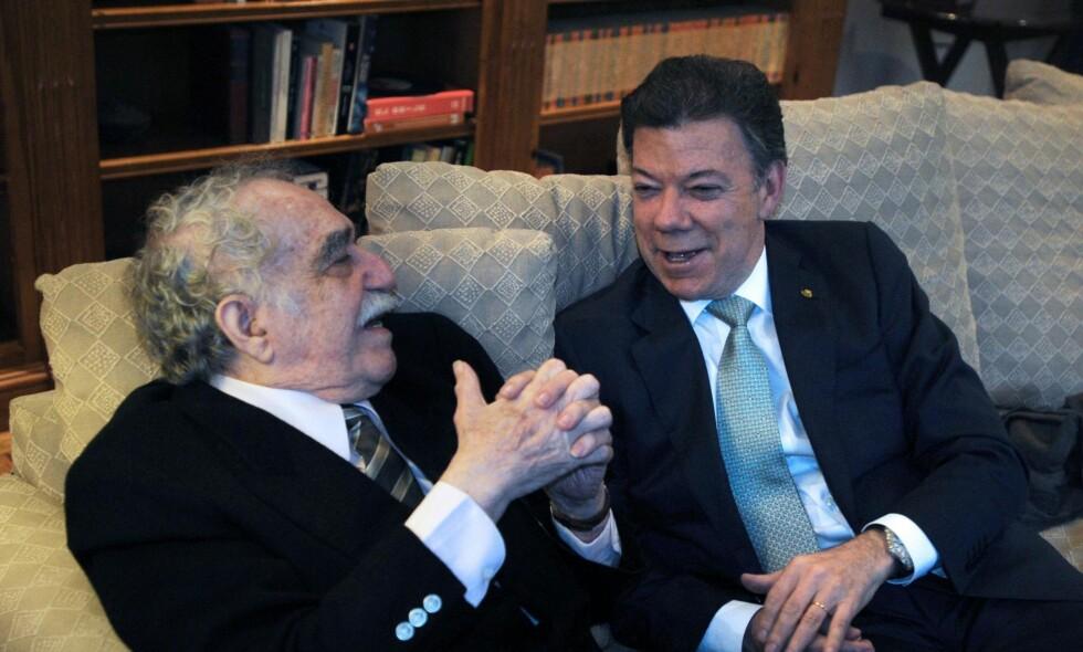 STERK DUO: I 1990 drog Gabriel Garcia Marquez endeleg til heimlandet for å slå seg ned for godt. Han ville først og fremst skrive, men noko måtte gjerast i det borgarkrigsherja landet. Han såg von i den unge Juan Manuel Santos som nå er president i Colombia og som laurdag mottek fredsprisen. Foto: NTB SCANPIX