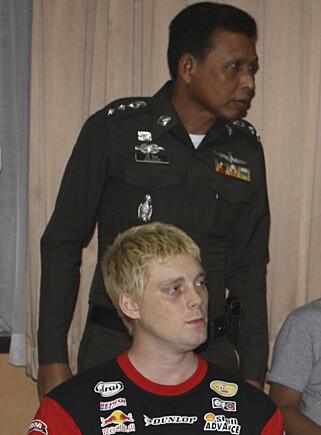 2011: Sebastian Ljung sammen med thailandsk politi, etter arrestasjonen i 2011. Foto: AP Photo/Daily News