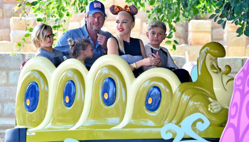 RESERVEFAR: Blake har ingen barn selv, men ser ut til å elske livet som reservepappa for Gwens tre sønner. Her koser de seg sammen i Disneyland. Foto: NTB Scanpix.