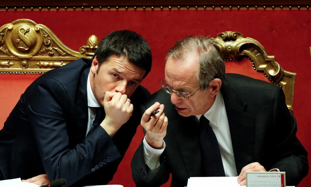 ØKONOMISK KNIPE: Statsminister Matteo Renzi (til venstre) og finansminister Pier Carlo Padoan hadde mye gjeld og dårlige banker å passe på. Nå kan Padoan komme til å etterfølge Renzi. Foto: REUTERS / NTB Scanpix / Remo Casilli