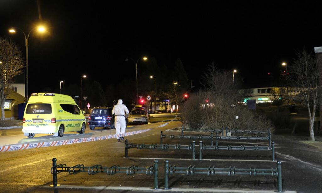 UNDERSØKELSER: Kriminalteknikere undersøker mandag kveld åstedet der de to personene ble funnet. Foto: Tor Erik Schrøder / NTB scanpix