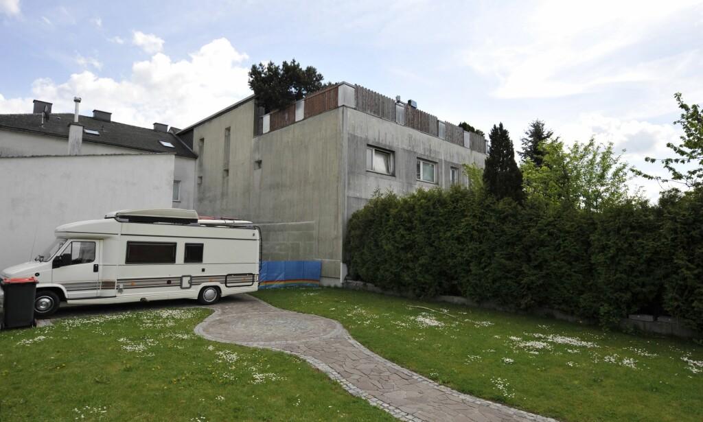 NYE LEILIGHETER: Inne i dette huset holdt Josef Fritzl datteren sin innesperret i 24 år. Nå er huset kjøpt av en pubeier og vil bygge det om til leiligheter. FOTO: AFP