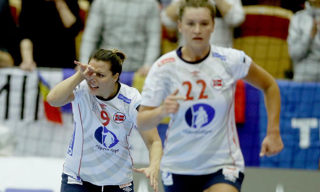 SMELL:  Nora Mørk tar seg til øyet etter en smell i første omgang. Foto: Bjørn Langsem / Dagbladet