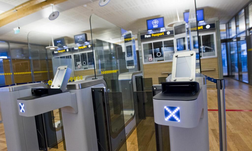 OBLIGATORISK KONTROLL: EU-borgere skal gjennom obligatorisk og systematisk kontroll ved unionens yttergrense. Kontrollen innebærer at de reisende sjekkes mot relevante databaser. Illustrasjonsbilde. Foto: Vegard Grøtt / NTB scanpix