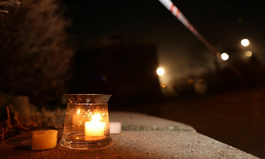 <strong>ÅSTED:</strong> Det ble natt til tirsdag satt opp lys like ved åstedet, for å minnes de drepte. Foto: Tomm W. Christiansen/Dagbladet