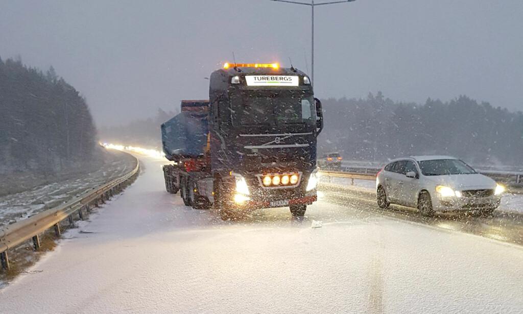 HYLLES: Lastebilsjåføren sørget for at ambulansepersonellet kunne jobbe trygt på ulykkesstedet. Foto: Ambulance Sweden