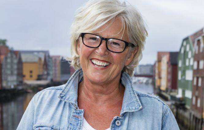 ANNO 2017: Anne-Berit Holden kan ikke noe spesialisert håndverk, men vokste opp i en tid «der man sydde klærne sine selv, fletta kurver og trakk om sofaen selv». Foto: Frank Foss / STRIX / NRK