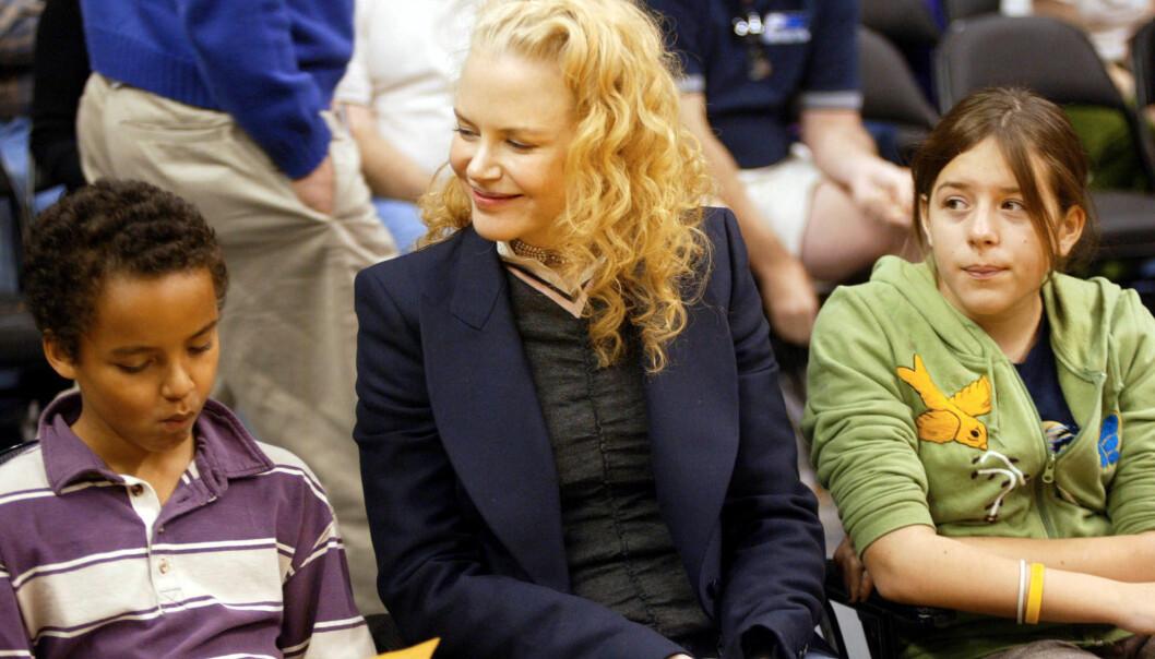MINDRE KONTAKT: Det finnes få bilder av Nicole Kidman og barna Isabella og Conner. Her er de sammen på en Lakers-kamp i Los Angeles i 2004. Foto: NTB Scanpix