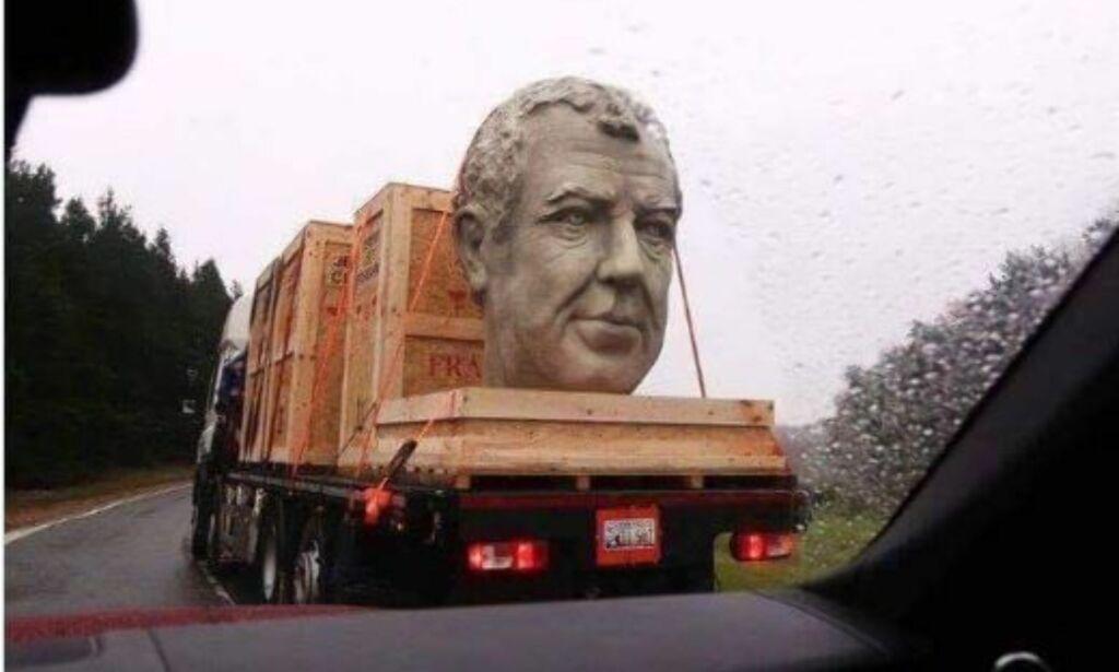 image: Gigantisk Jeremy Clarkson-hode fraktes rundt på veiene