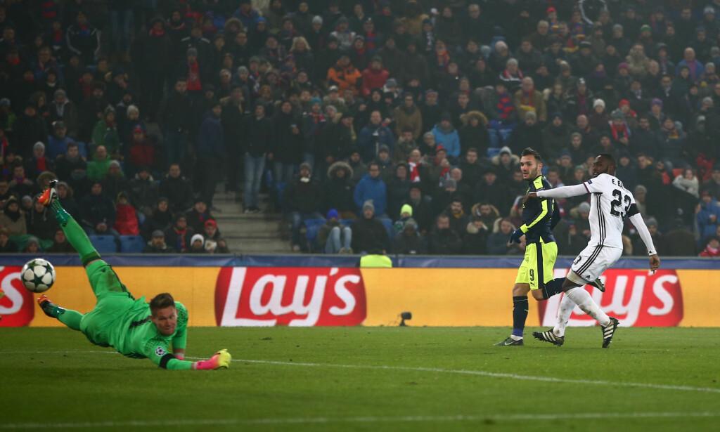 LURTE BALLEN INN: Basel-keeperen strekker seg hjelpeløs etter Lucas Perez' skudd. Foto: NTB Scanpix