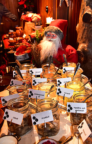 SILDEBORD: Sild i utallige varianter er en av de viktigste ingrediensene i et tradisjonelt svensk julbord. Men sildeblandingene kan gjerne være moderne – som sild med ingefær og appelsinskall. Foto: Torild Moland