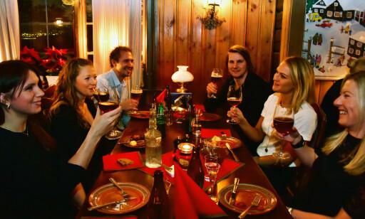 BEDRE ENN I NORGE. En gjeng gode kolleger fra Trysil Radisson Blu har tatt turen over grensen for å nyte svenskenes juletradisjon – vi har jo ikke noe lignende i Norge, påpeker de. Foto: Ronny Frimann