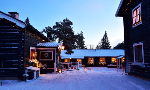 BLÅTIMEN. Gammelgård er en av de eldste gårdene i Sälen, med bygninger som stammer helt fra 1600-tallet. Her holder de tradisjonene i hevd med å ha et riktig julbord hvert år i hele desember. Foto: Torild Moland