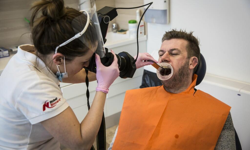 """&nbsp; <div>FIKSET TENNENE I UNGARN:  Robert Overen dro til Ungarn for å fikse sitt tannhelseproblem, til halv prisen. Han synes det hadde vært fint med et egenandelstak. &nbsp;<span style=""""background-color: initial;"""">Foto: Lars Eivind Bones / Dagbladet</span></div>"""