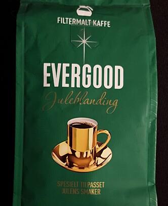 GOD JUL: Evergood sier det rett ut bak på pakka.«En litt dyrere kaffe, men til jul kan vi alle unne oss noe ekstra». Foto: MATKONTROLLEN TV2